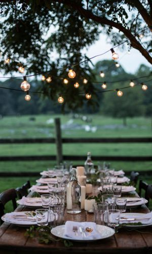 21-lights-over-the-table-setting-make-the-space-cozier-and-comfier-and-welcome-people-to-join