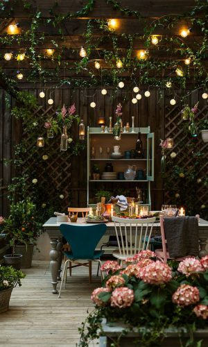 23-lights-combines-with-paper-lights-and-candles-for-a-chic-and-cozy-look-in-the-patio-so-cool-for-family-gatherings